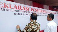 Wali Kota Ambon, Richard Louhenapessy saat menandatangani Deklarasi Penutupan Lokalisasi Tanjung Batu Merah, Kamis (6/2/2020)