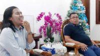 Bupati Kepulauan Tanimbar, Petrus Fatlolon sedang bercengkerama dengan Wartawan di Saumlaki