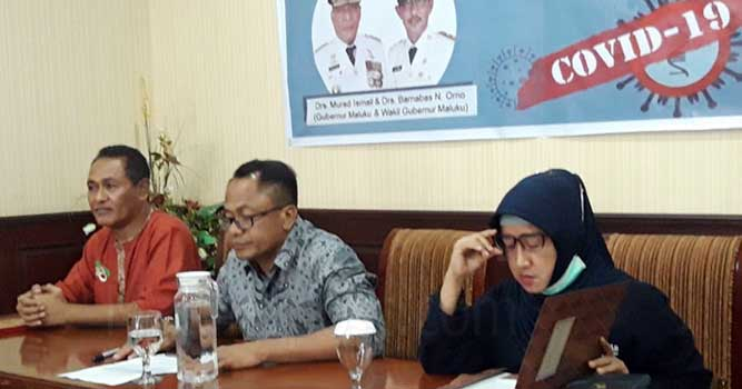 Kepala BPBD Maluku, Hein Far Far (kiri), Ketua Satgas Penanganan dan Pencegahan Corona di Maluku, Kasrul Selang (tengah) dan Kadis Kesehatan Provinsi Maluku, Meykal Pontoh (kanan)
