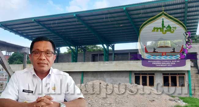 Bupati Kepulauan Tanimbar, Petrus Fatlolon, dengan latar belakang panggung utama MTQ yang telah mencapai 75 persen
