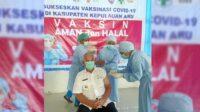 Bupati Kepulauan Aru, Johan Gonga saat menerima vaksin covid-19 tahap II