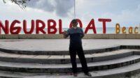 Kepala Kantor Bahasa Maluku Sahril SS MPd di Pantai Ngurbloat Ohoi Ngilngof Kecamatan Manyeu Maluku Tenggara. Sahril sarankan penggunaan istilah Bahasa Kei di Pantai Ngurbloat. (foto zulhan angga tukan)