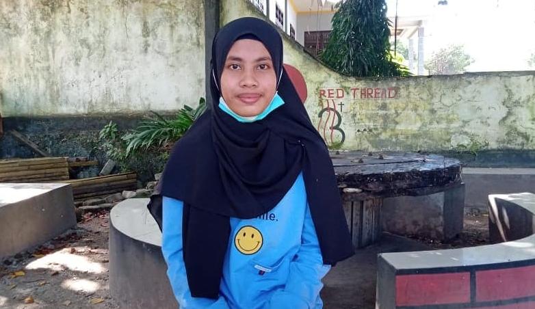 Winda Aulia Hidayanti Reliubun alias Nana, sang juara I Lomba menulis cerita rakyat Maluku oleh Ketua TP PKK Provinsi Maluku Widya Pratiwi Murad (foto geraldo leisubun)