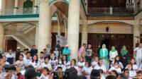 Para musisi cilik dari Tual Ukulele Lovers Community di pelataran Masjid Raya Al-Hurriyyah Kota Tual, Sabtu (24/4) petang. (Foto andrey jacob kerubun)