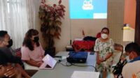 Direktur Yayasan Pelangi Maluku, Rosa Pentury saat Meeting of Service Networking Development.