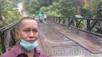 Anggota Komisi III DPRD Kota Ambon, Lucky Upulatu Nikijuluw meninjau jembatan kayu penghubung negeri Soya menuju Desa Hatalai