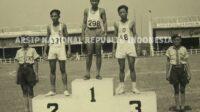 Pelari jarak menengah asal Maluku J. Bernardus (331) berdiri di podium juara 2 setelah berhasil meraih medali perak lari 1.500 meter pada PON II di Jakarta tahun 1951. Inilah medali pertama yang direbut atlet Maluku untuk Provinsi Maluku. (foto anri)